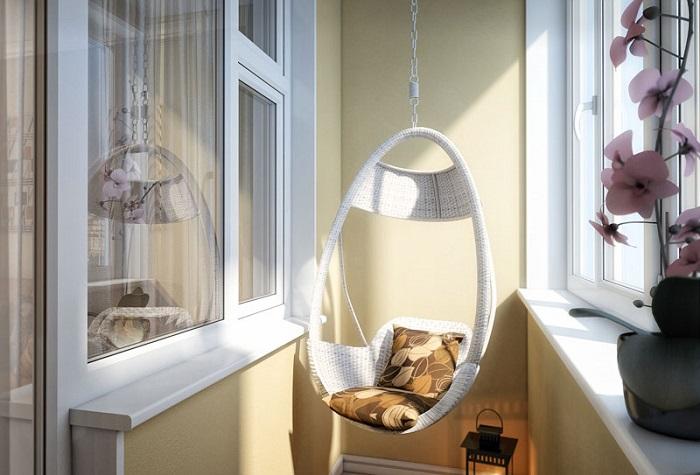 Подвесное кресло отлично смотрится в интерьере балкона. / Фото: abvmaster.ru