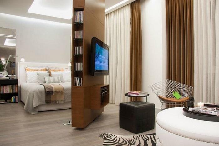 Телевизор на поворотном механизме для спальни и гостиной одновременно. / Фото: berilcinar.blogspot.com