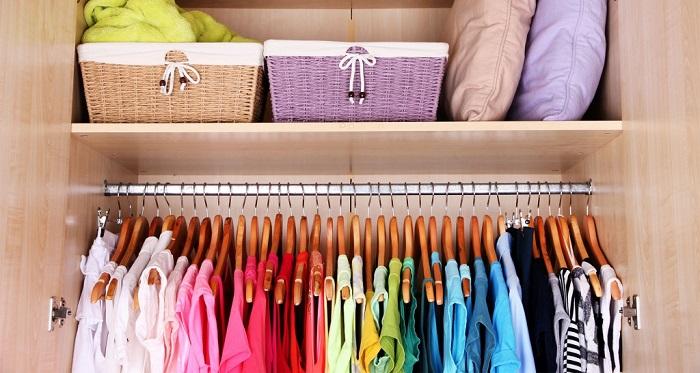 Сортировка по цвету поможет лучше ориентироваться в одежде. /Фото: bezkovrov.com