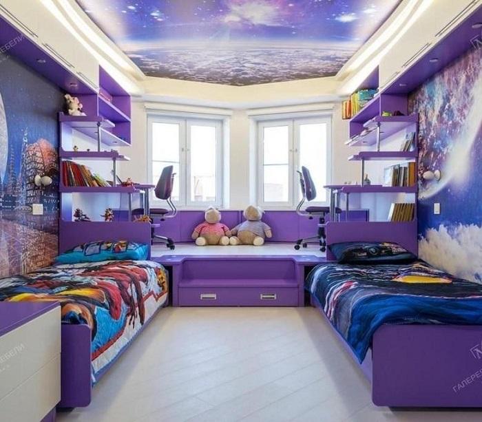 Оригинальный потолок с имитацией космоса придется по душе как мальчикам, так и девочкам. / Фото: comfortoria.ru
