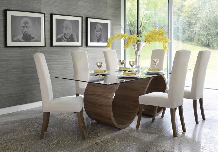 Оригинальные стол и стулья в интерьере кухни привлекут внимание гостей. /Фото: dekoriko.ru