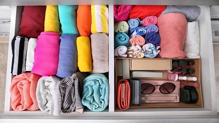 Одежда, скрученная в трубочки, займет гораздо меньше места. /Фото: depositphotos.com