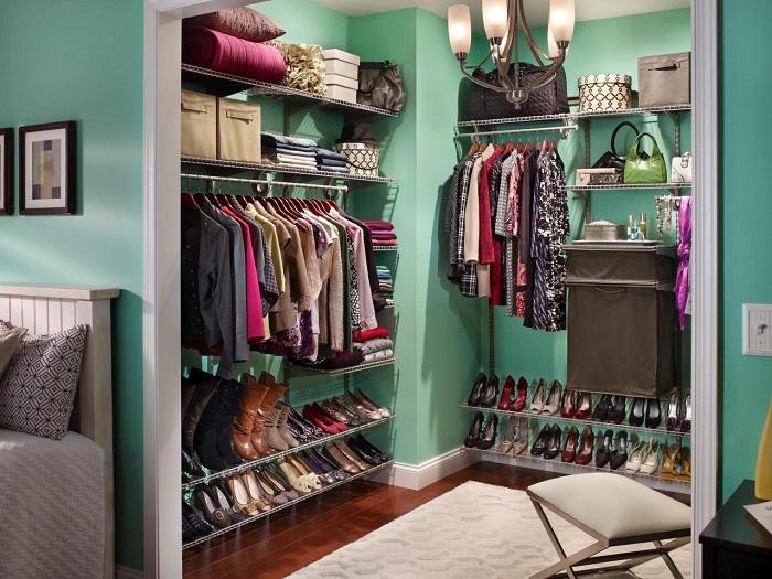 Вещи в гардеробной всегда должны лежать на своих местах. / Фото: designcapital.ru