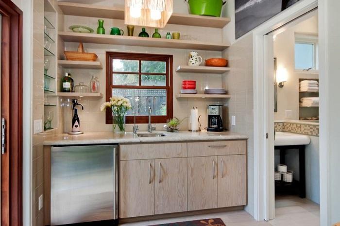 Открытые полки могут стать как частью мебели в интерьере кухни, так и декоративным элементом. / Фото: designm2.ru