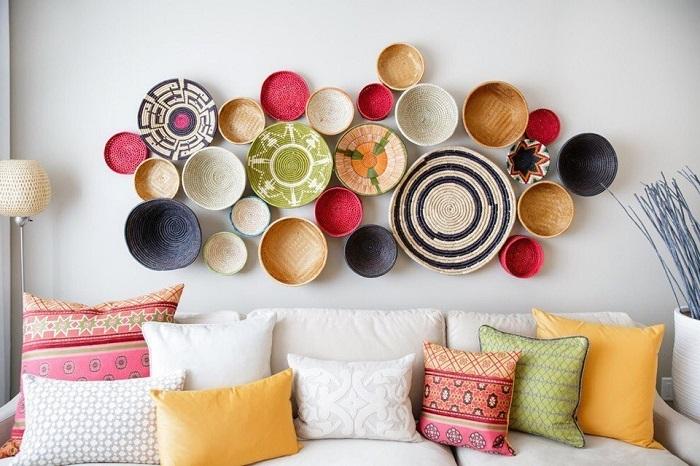 Тарелки украсят пустую стену в гостиной. / Фото: domoholic.ru