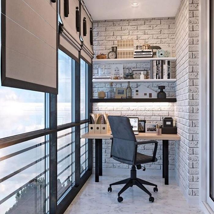Если на балконе нет подоконника, основной рабочего места может стать небольшой стол. / Фото: domosedy.com