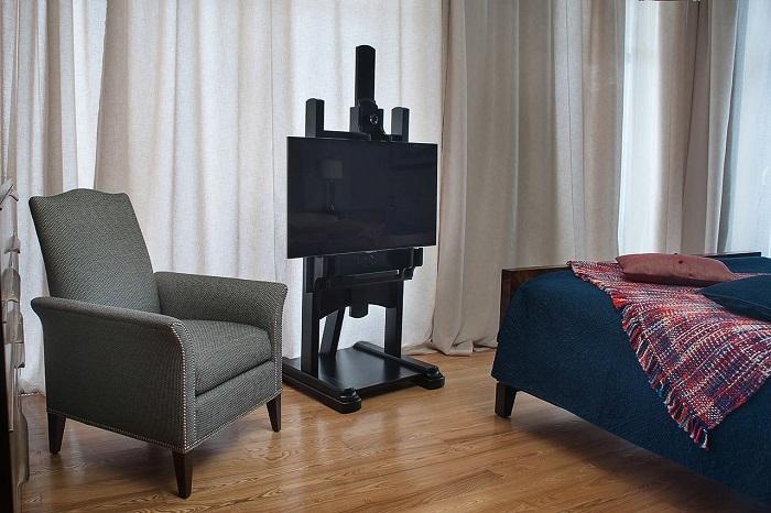 Мобильная подставка-мольберт для телевизора впишется в любой интерьер. / Фото: exoticstile.ru
