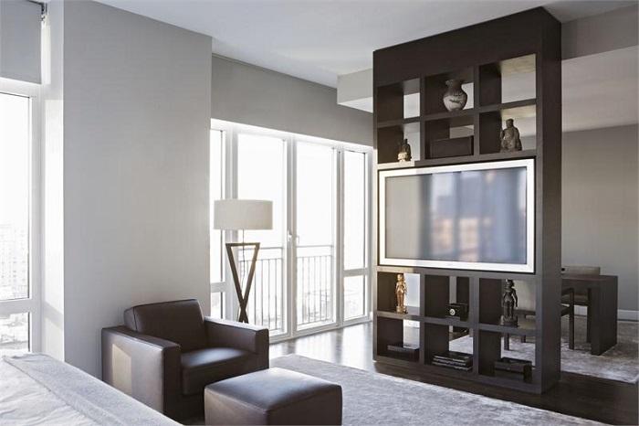 Телевизор, встроенный в стеллаж, сливается с общей концепцией. / Фото: fieldsorganics.com