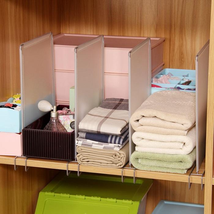 Разделители помогут сформировать аккуратные стопки с одеждой, шарфами, полотенцами. /Фото: gdeo.ru
