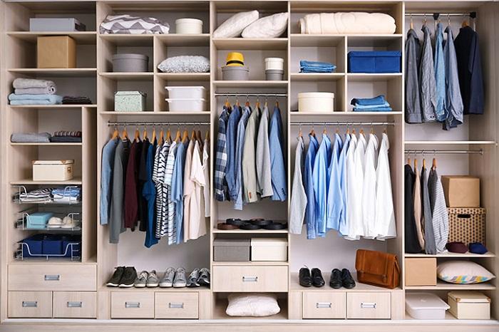 Обувь можно просто ставить на полку под одеждой, либо складывать ее в коробки. /Фото: helpcase.ru