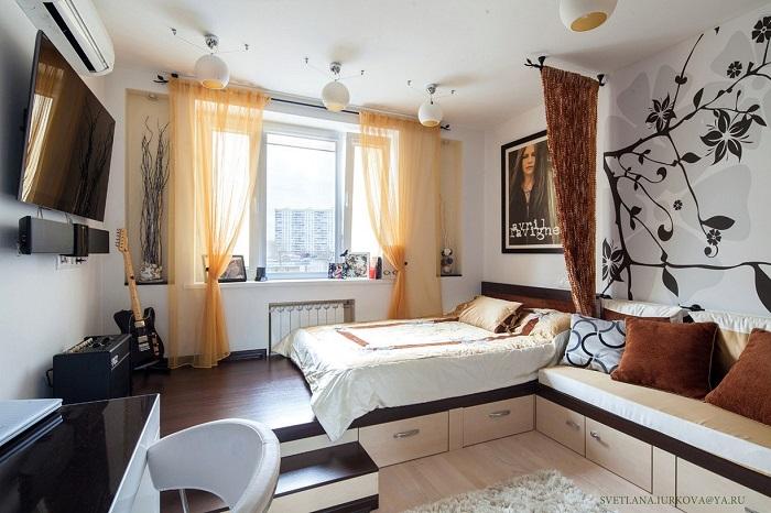 Подиум выделит спальную зону. / Фото: hlps.ru