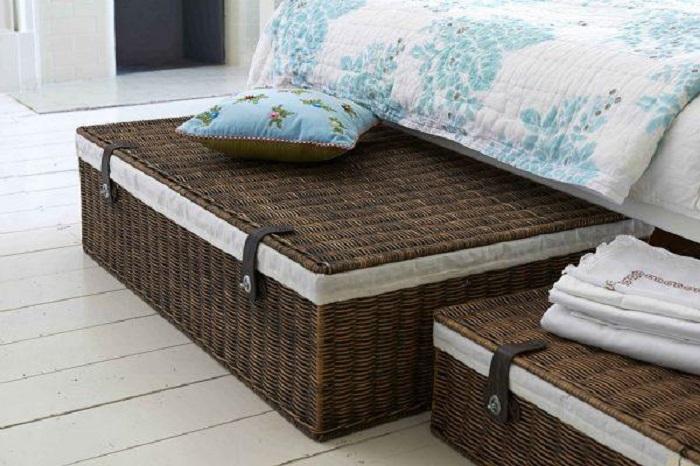 Для хранения вещей под кроватью идеально подойдут плетеные корзины. / Фото: hoff.ru