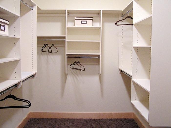 Для начала проведите в кладовке косметический ремонт и разместите нужную мебель. / Фото: houzz.ru