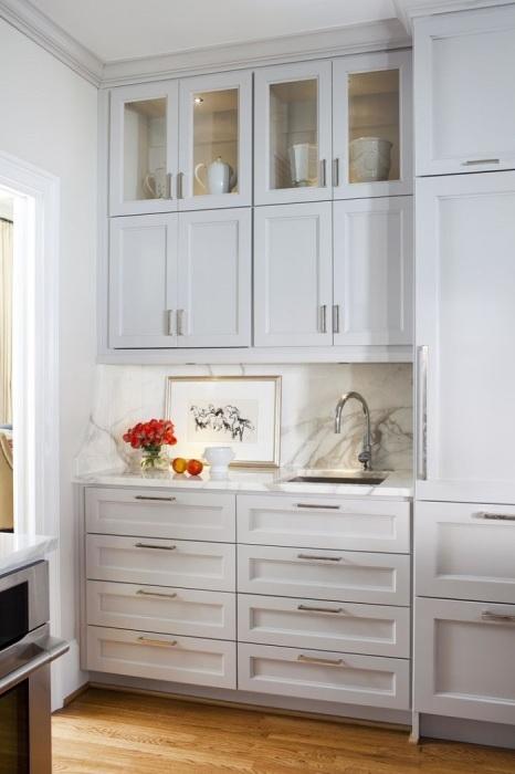 Навесные шкафчики под цвет стен - еще один способ увеличить помещение. / Фото: ikuch.ru