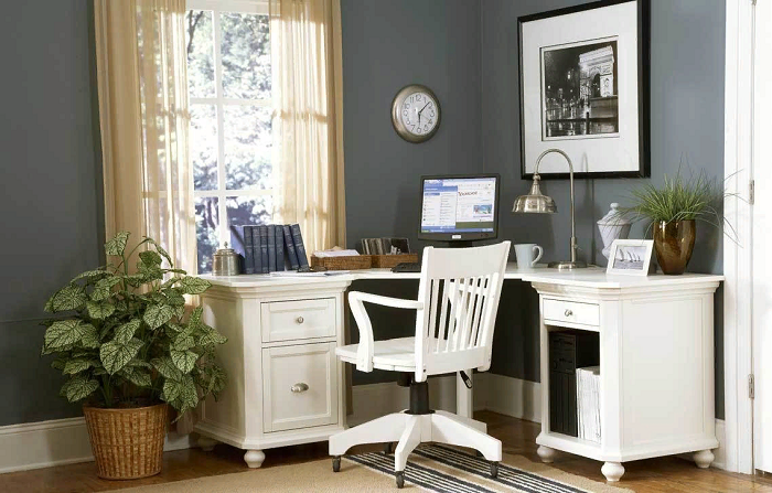 Угловой стол поможет сэкономить место в небольшой комнате. / Фото: inmyroom.ru