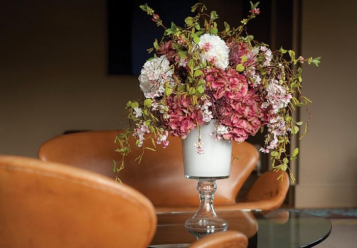 Искусственные цветы выглядят безжизненно. / Фото: interdecor22.ru