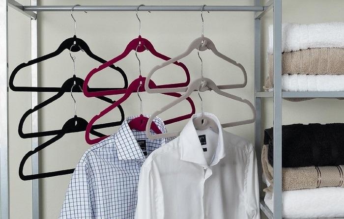 На многоуровневые плечики можно вешать рубашки, пиджаки, платья. /Фото: kvartblog.ru
