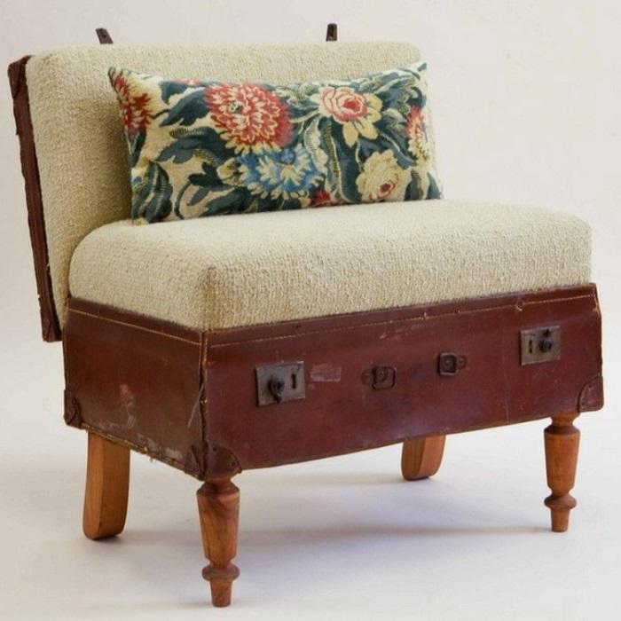 Мягкий пуфик из старого чемодана. / Фото: marimeri.ru