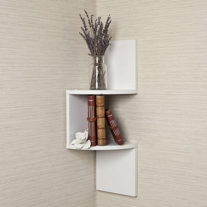 Полки - отличное решение для пустых углов. / Фото: mebelsuite.ru