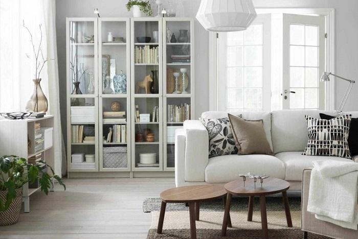 В шкафу можно хранить книги, посуду, сувениры. / Фото: modernplace.ru