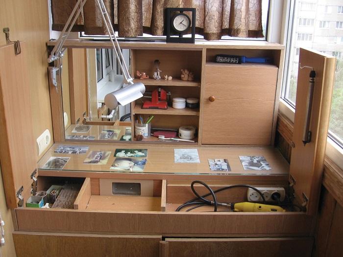 Позаботьтесь о наличии удобных систем хранения в мастерской. / Фото: moybalkon.com