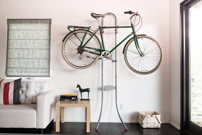 Велосипед, висящий на стене, выглядит оригинально, экономит место в комнате. / Фото: navkolonas.com