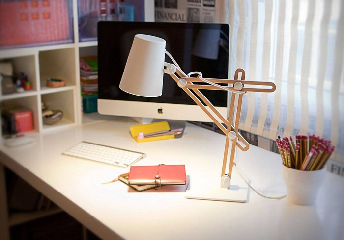Настольная лампа - практичный и красивый элемент. / Фото: newhtf.ru