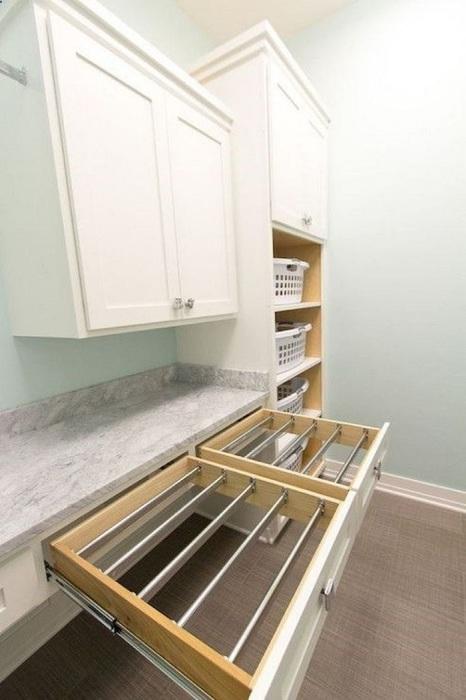 Выдвижную сушилку можно разместить на кухне. / Фото: odomah.info