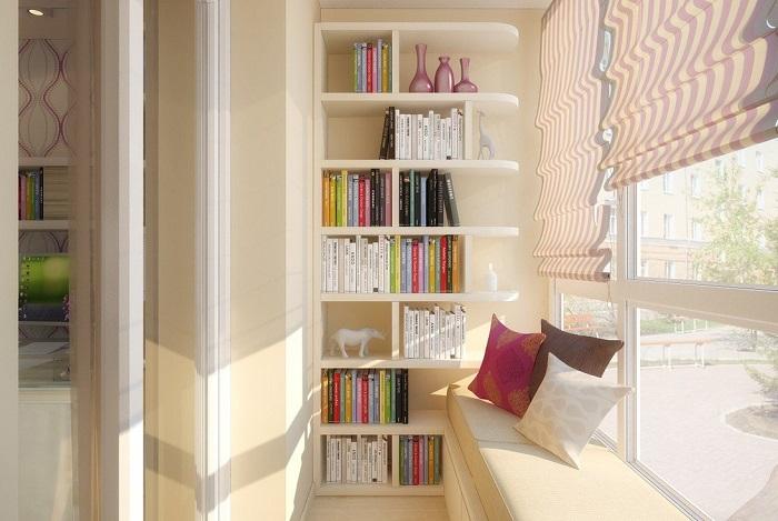 На балконе можно разместить уютный уголок для чтения. / Фото: pinme.ru