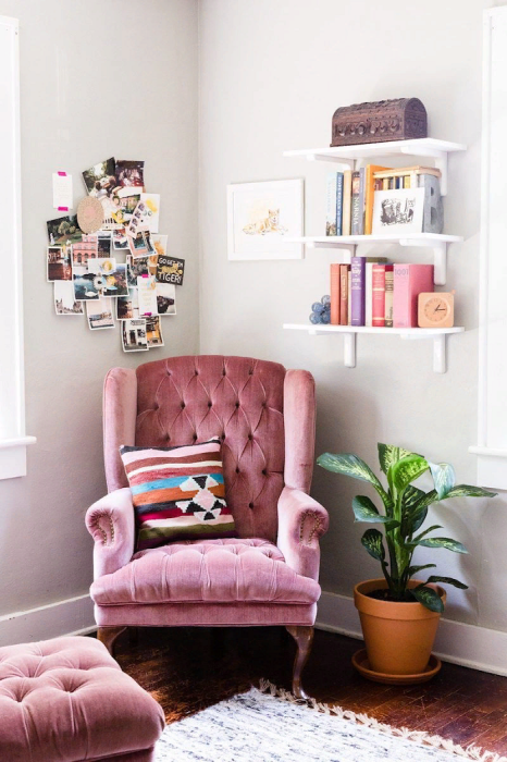Выбирайте яркое кресло, которое станет акцентом в комнате. / Фото: pinterest.ru