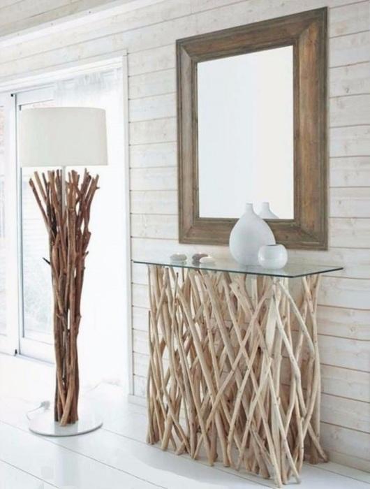 Напольный торшер, искусно украшенный деревянными прутьями, прекрасно дополняет интерьер. / Фото: rossiya-moya.ru