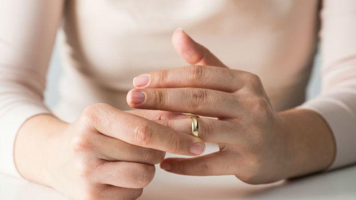 Кондиционер - действенное средство, когда нужно снять кольцо с пальца. / Фото: rsloboda-rt.ru