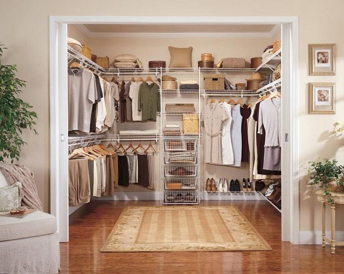 Отсутствие дверей сделает гардеробную более светлой и просторной. / Фото: tvoidvor.com