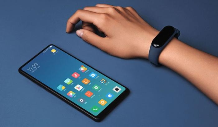 Смартфон Xiaomi и фитнес-браслет / Фото: blog.allo.ua.