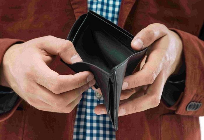 Пустой бумажник спасет от приставал.
