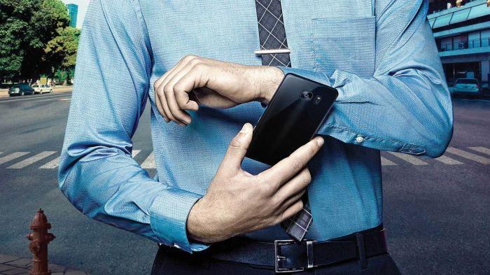 Можно включить трек на смартфоне или сбросить входящий вызов / Фото: ebay.com