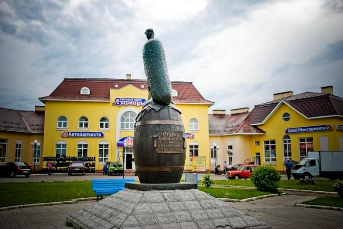 Памятнику достоин даже огурец. /Фото: venividi.ru