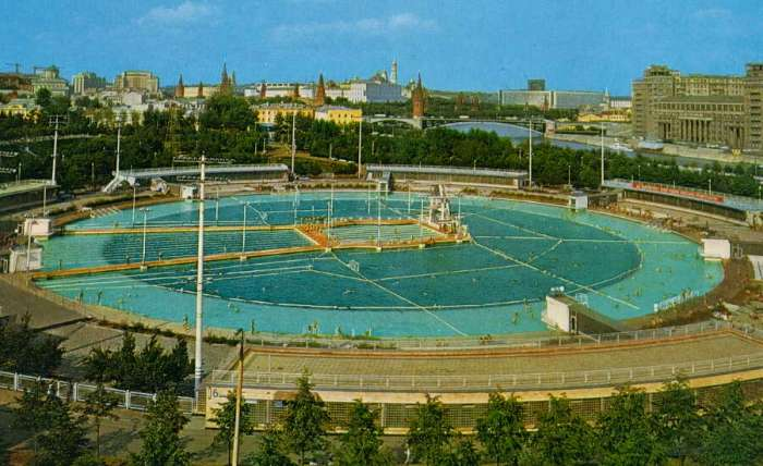 Огромный бассейн многие годы был визитной карточкой столицы. /Фото: expresstorussia.com