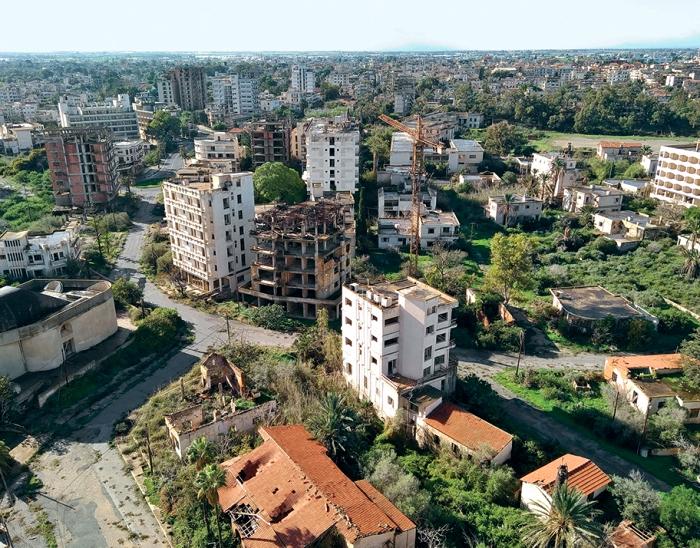 Некогда популярный город стал мертвой местностью. /Фото: expert.ru