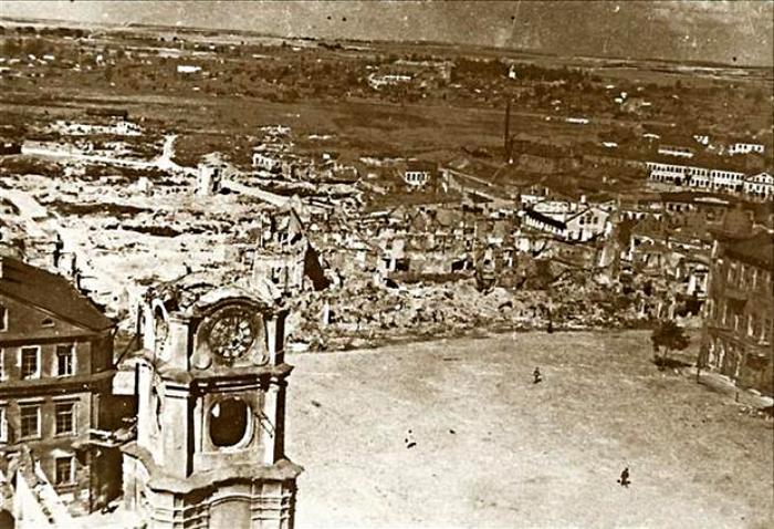 Вид на площадь Свободы Минска после бомбардировок. /Фото: news.tut.by