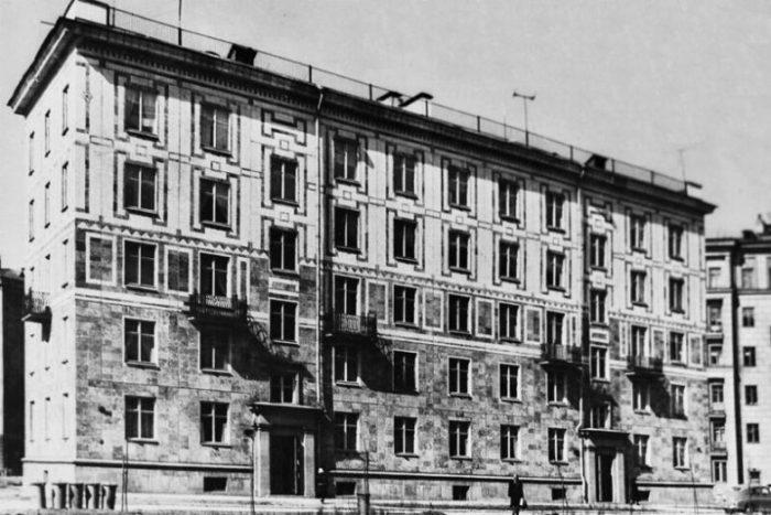 Именно так могли выглядеть большая часть советских жилых домов. /Фото: back-in-ussr.com