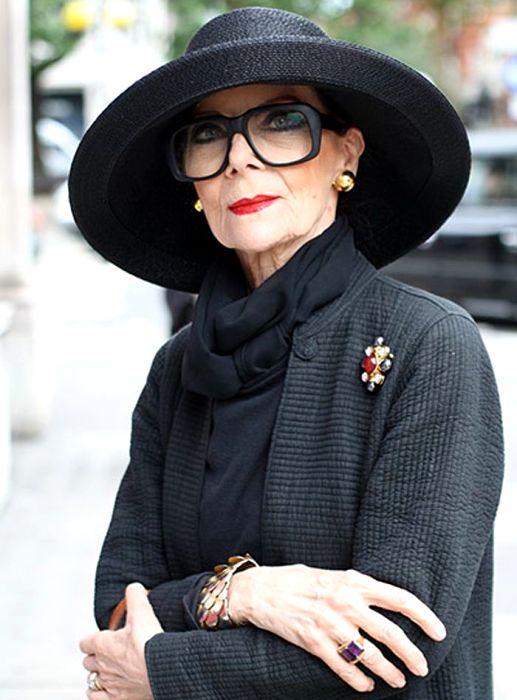 Женщинам с возрастом полностью черных образов лучше избегать, не считая особых случаев. /Фото: pinterest.ie