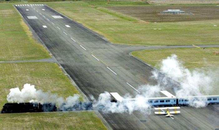 Самолеты и поезда в одном месте проходят. /Фото: imgur.com