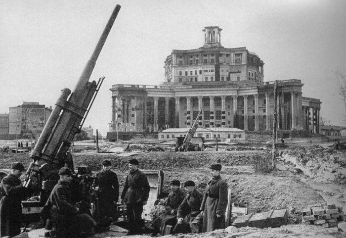 Только после вторжения в СССР маскировкой Кремля взялись всерьез. /Фото: moiarussia.ru