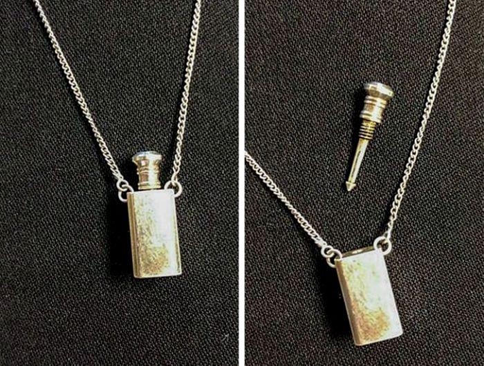 Мини-фляжка на цепочке, но для других спиртосодержащих жидкостей. /Фото: sympa-sympa.com