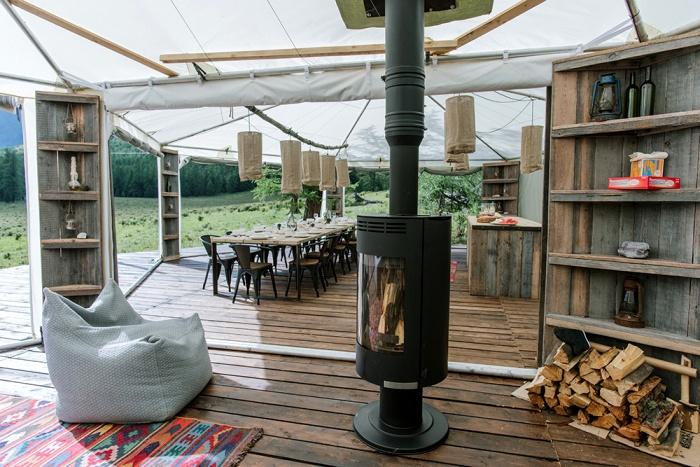 Пожалуй, самый комфортабельный палаточный городок. /Фото: elledecoration.ru