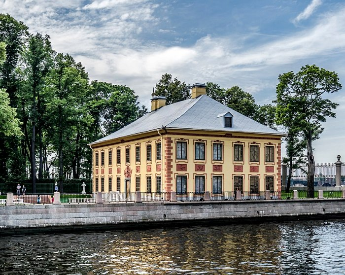 Летний дворец Петра I в Летнем саду Санкт-Петербурга. /Фото: wikipedia.org