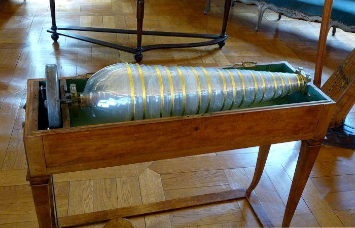 Отреставрированная стеклянная гармоника 1805 года производства в экспозиции музея во Франции. /Фото: proza.ru