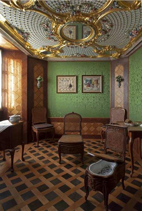 Ванная комната 18 века с биде в виде стула. /Фото: rundale.net