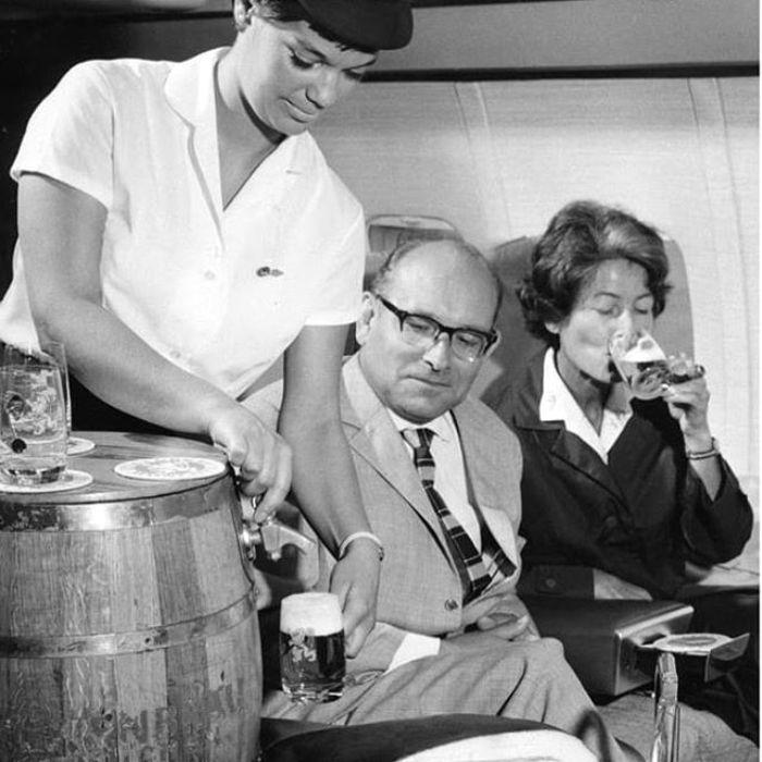 Когда-то бочковое пиво в самолетах было нормой. /Фото: wopita.com